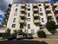 pohled na dům z Peluškové ulice (Prodej bytu 3+kk v osobním vlastnictví 107 m², Praha 9 - Kyje)