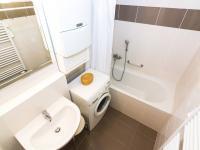 koupelna č. 1 s vanou (Prodej bytu 3+kk v osobním vlastnictví 107 m², Praha 9 - Kyje)