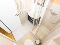 koupelna č. 2 se sprchovým koutem umístěná u ložnice (Prodej bytu 3+kk v osobním vlastnictví 107 m², Praha 9 - Kyje)