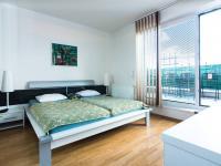 ložnice se vstupem na terasu (Prodej bytu 3+kk v osobním vlastnictví 107 m², Praha 9 - Kyje)