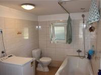 Koupelna s WC - Prodej domu v osobním vlastnictví 95 m², Praha 5 - Lahovice