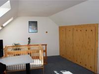 Pokoj v 2. NP - Prodej domu v osobním vlastnictví 95 m², Praha 5 - Lahovice
