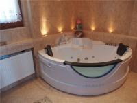 Koupelna (Prodej domu v osobním vlastnictví 213 m², Šestajovice)