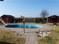 Pohled na bazén a zahradu (Prodej domu v osobním vlastnictví 213 m², Šestajovice)