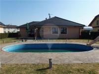 Pohled od bazénu (Prodej domu v osobním vlastnictví 213 m², Šestajovice)