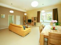 Obývací pokoj s kuchyňským koutem - Prodej bytu 4+kk v osobním vlastnictví 130 m², Praha 9 - Klánovice
