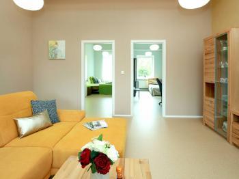 Obývací pokoj a vchody do ložnice č. 2 a č. 3 - Prodej bytu 4+kk v osobním vlastnictví 130 m², Praha 9 - Klánovice