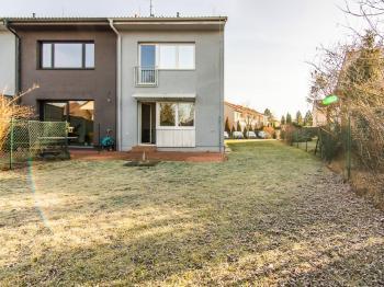 pohled ze zahrady - Pronájem domu v osobním vlastnictví 104 m², Praha 9 - Újezd nad Lesy