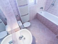 koupelna ve 2.NP - Pronájem domu v osobním vlastnictví 104 m², Praha 9 - Újezd nad Lesy