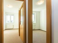 pohled z chodby do dvou ložnic 2.NP - Pronájem domu v osobním vlastnictví 104 m², Praha 9 - Újezd nad Lesy