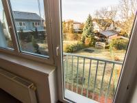 pohled z ložnice do zahrady - Pronájem domu v osobním vlastnictví 104 m², Praha 9 - Újezd nad Lesy