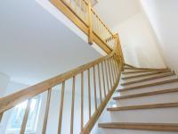 schodiště do 2.NP - Pronájem domu v osobním vlastnictví 104 m², Praha 9 - Újezd nad Lesy