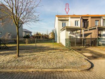 pohled z Podlužanské ul. - Pronájem domu v osobním vlastnictví 104 m², Praha 9 - Újezd nad Lesy