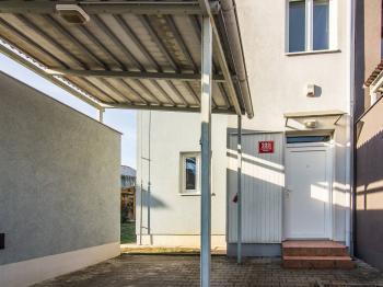 parkovací stání - Pronájem domu v osobním vlastnictví 104 m², Praha 9 - Újezd nad Lesy