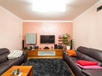 Obytná místnost - Prodej domu v osobním vlastnictví 307 m², Praha 9 - Horní Počernice