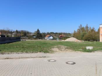 pohled z ulice K Višňovce - Prodej pozemku 1066 m², Horoušany