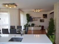 Pohled z kuchyně - Prodej domu v osobním vlastnictví 269 m², Praha 9 - Horní Počernice