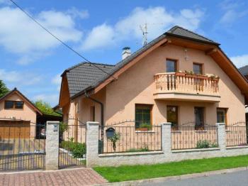 Pohled na RD z ulice - Prodej domu v osobním vlastnictví 269 m², Praha 9 - Horní Počernice