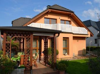 Pohled na RD ze zahrady - Prodej domu v osobním vlastnictví 269 m², Praha 9 - Horní Počernice