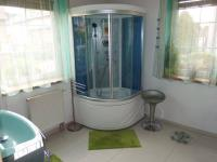 Koupelna v 1NP - Prodej domu v osobním vlastnictví 269 m², Praha 9 - Horní Počernice