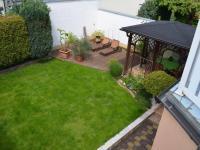 Zahrada, pohled z lodžie - Prodej domu v osobním vlastnictví 269 m², Praha 9 - Horní Počernice