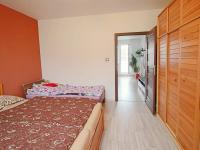 ložnice apohled do OP (Prodej bytu 3+1 v osobním vlastnictví 80 m², Ostrava)