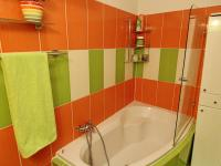 Rohová vana se zástěnou z tvrzeného skla pro pohodlné sprchování. (Prodej bytu 3+kk v osobním vlastnictví 70 m², Olomouc)