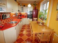 Kuchyňská linka s vestavnými spotřebiči a spoustou úložného prostoru. (Prodej bytu 3+kk v osobním vlastnictví 70 m², Olomouc)