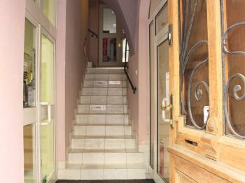 vstup do domu z ulice Ztracená - Pronájem obchodních prostor 80 m², Olomouc