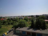 výhled z obývacího pokoje na město  (Prodej bytu 3+kk v osobním vlastnictví 70 m², Olomouc)