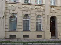 okna možno využít jako výloha také (Pronájem obchodních prostor 120 m², Olomouc)