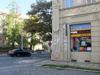 výloha a výhled na hlavní třídu (Pronájem obchodních prostor 120 m², Olomouc)