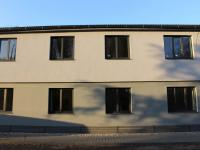 dům - 2 okna v přízemí - pohled z pokoje a ložnice (Pronájem bytu 2+1 v osobním vlastnictví 45 m², Olomouc)