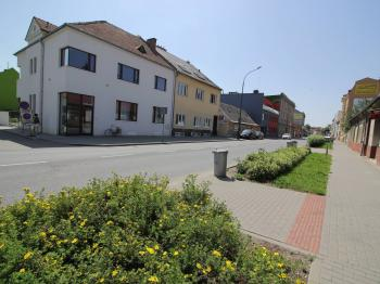 pohled z ulice - Prodej bytu 2+kk v osobním vlastnictví 61 m², Prostějov