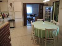 kuchyně s průhledem do obývacího pokoje (Prodej domu v osobním vlastnictví 250 m², Sedlec)