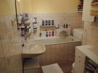 koupelna v přízemí (Prodej domu v osobním vlastnictví 250 m², Sedlec)