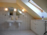 koupelna v podkroví (Prodej domu v osobním vlastnictví 250 m², Sedlec)