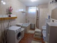 koupelna v přízemí - Prodej domu v osobním vlastnictví 250 m², Svatobořice-Mistřín