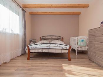 ložnice v přízemí - Prodej domu v osobním vlastnictví 253 m², Sobůlky