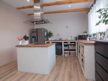 kuchyně v přízemí - Prodej domu v osobním vlastnictví 253 m², Sobůlky