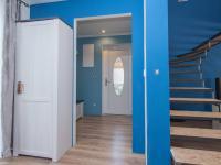 pohled na vstupní halu a část schodiště do patra - Prodej domu v osobním vlastnictví 253 m², Sobůlky