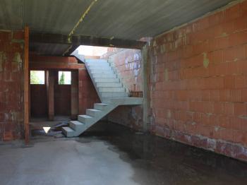 Vstupní hala se schodištěm do patra - Prodej pozemku 1111 m², Hodonín