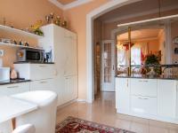 kuchyně s průhledem do salonu - Prodej domu v osobním vlastnictví 250 m², Miroslav