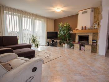 obývací pokoj - Prodej domu v osobním vlastnictví 186 m², Velké Bílovice