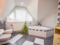 koupelna v podkroví - Prodej domu v osobním vlastnictví 186 m², Velké Bílovice