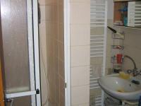 Koupelna v patře. (Prodej domu v osobním vlastnictví 273 m², Horní Maršov)