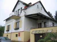 Pohled na dům a vjezd do garáže. (Prodej domu v osobním vlastnictví 273 m², Horní Maršov)
