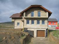 Vjezd do garáže. (Prodej domu v osobním vlastnictví 234 m², Králův Dvůr)