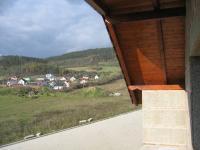 Výhled z lodžie. (Prodej domu v osobním vlastnictví 234 m², Králův Dvůr)