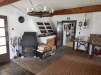 Obývací pokoj s kamny a krbem - Prodej chaty / chalupy 210 m², Zbytiny